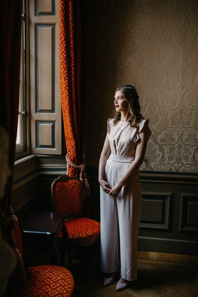 bruid staart uit raam in oud stadhuis, den haag