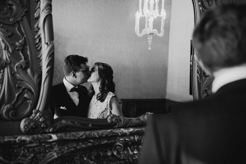bruidspaar zoent elkaar