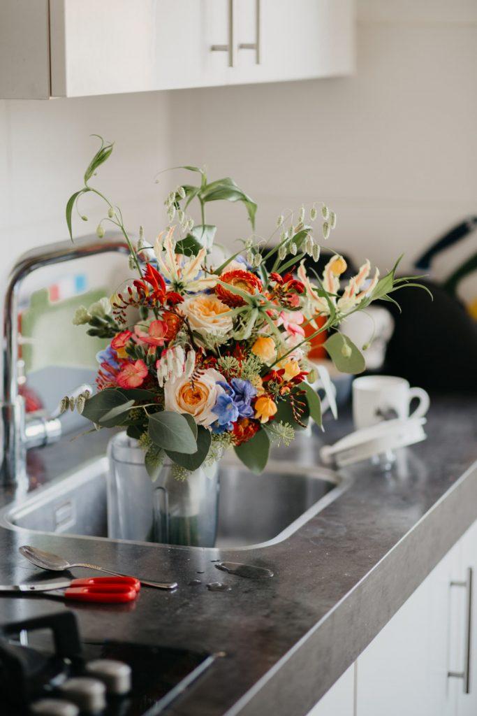 bruidsboeket staat in de keuken