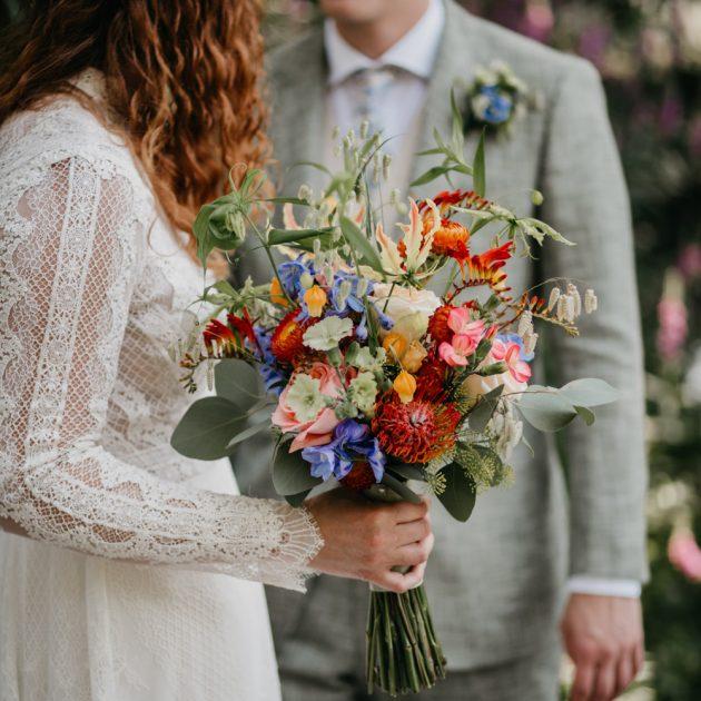bruidspaar kijkt naar elkaar tijdens fotoshoot