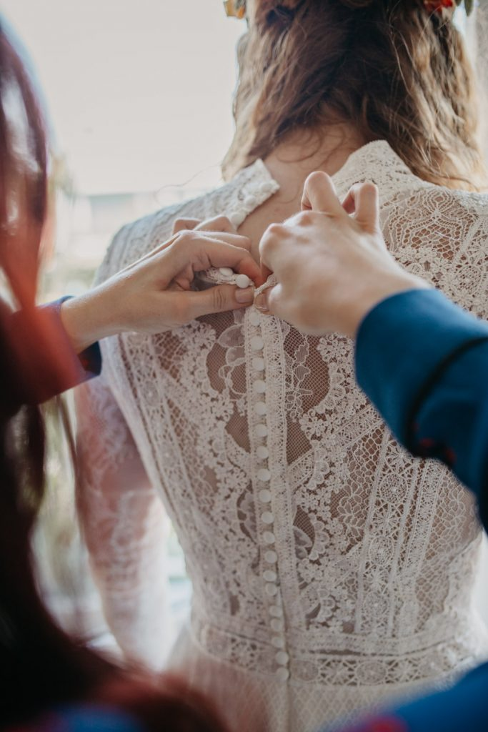 bruidsjurk wordt aangetrokken