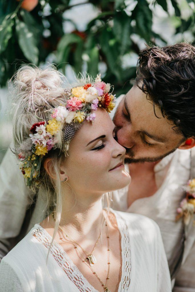 bruidegom zoent bruid op wang
