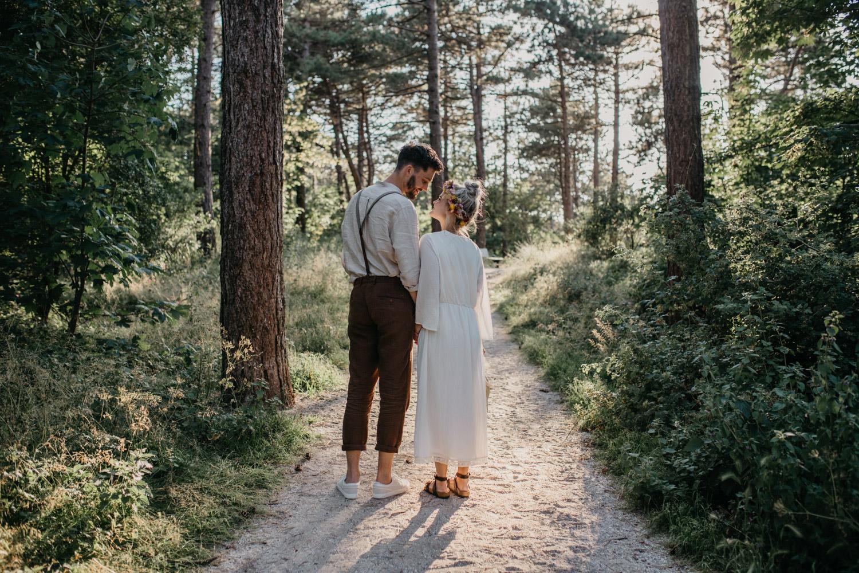 bruidspaar van achteren gefotografeerd in bos rijnsburg