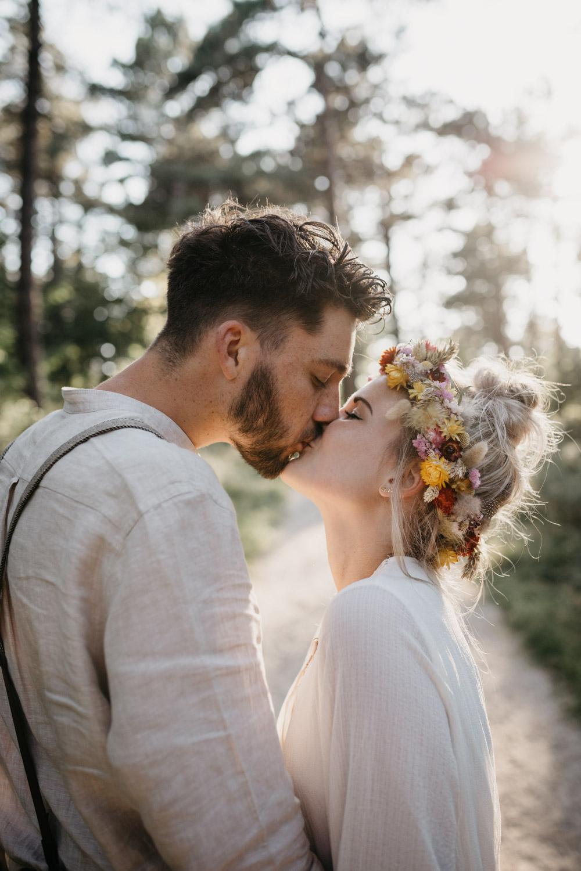 bruidspaar zoent elkaar in bos