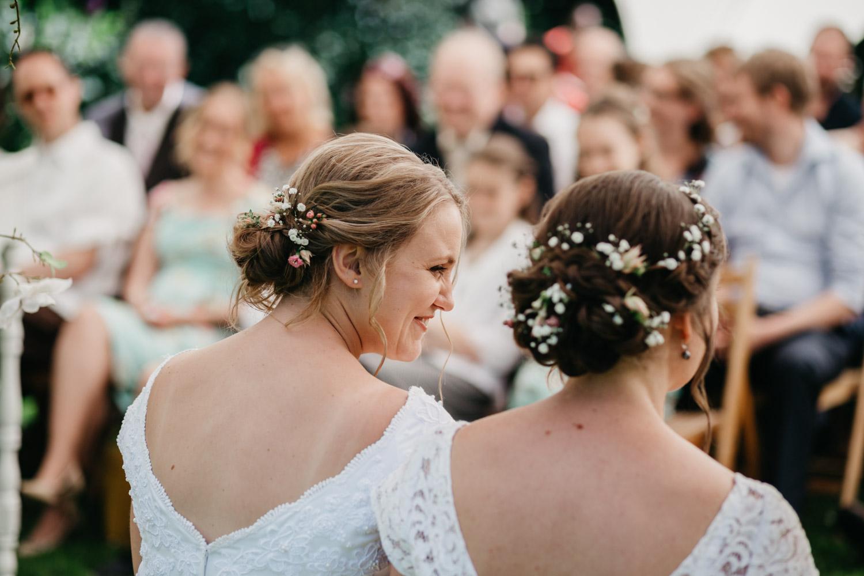bruidspaar tijdens buitenceremonie