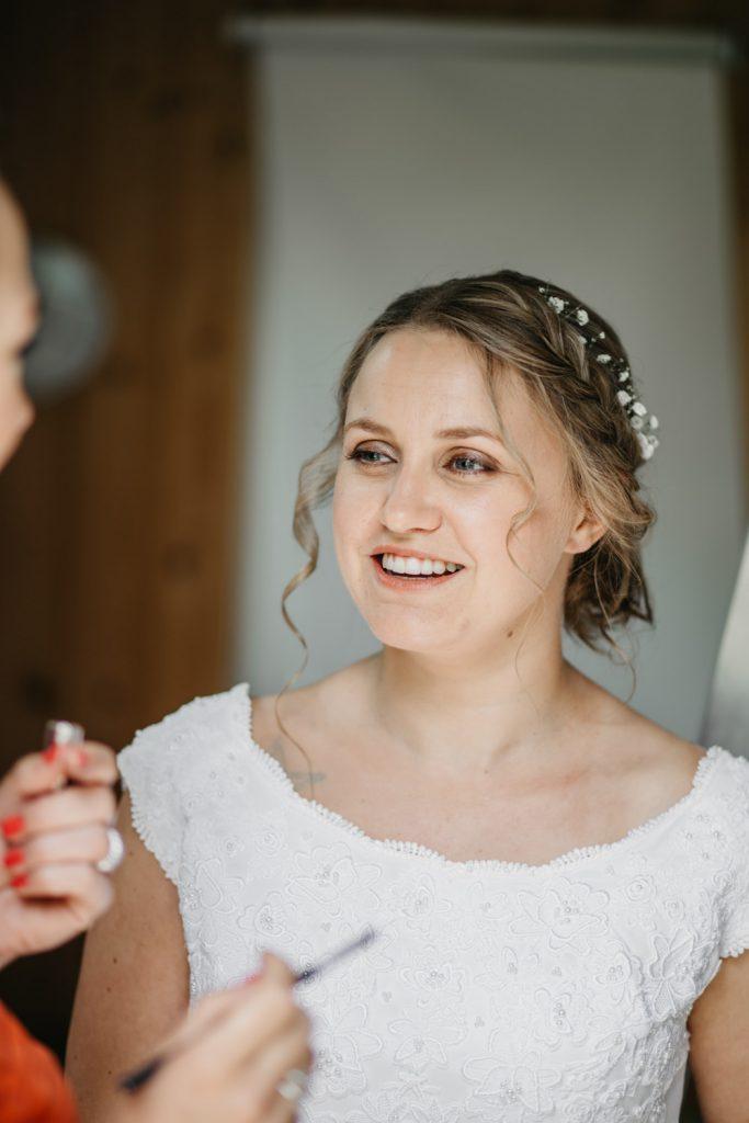 bruid floor krijgt make-up op