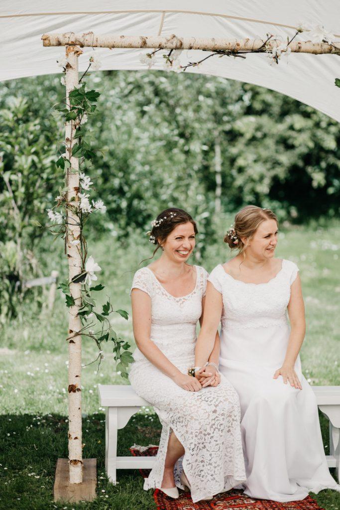 bruidspaar hand in hand tijdens ceremonie op locatie de Vreemde Vogel in Vlaardingen