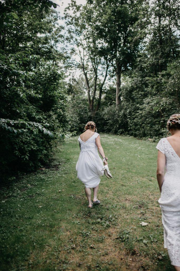 bruiden lopen voor fotograaf uit
