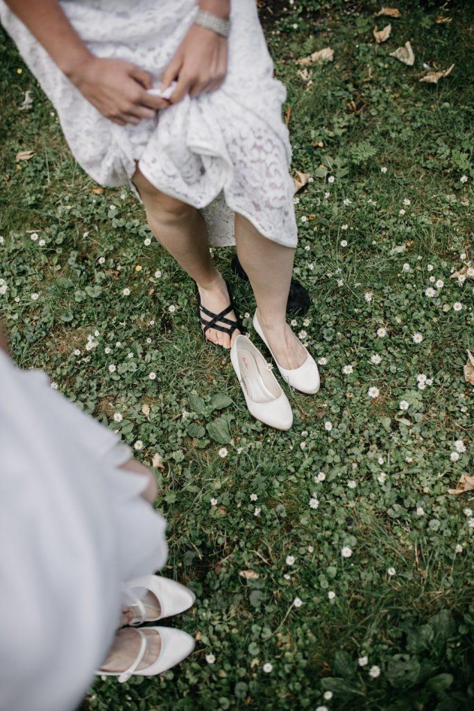 bruiden wisselen van schoenen naar slippers
