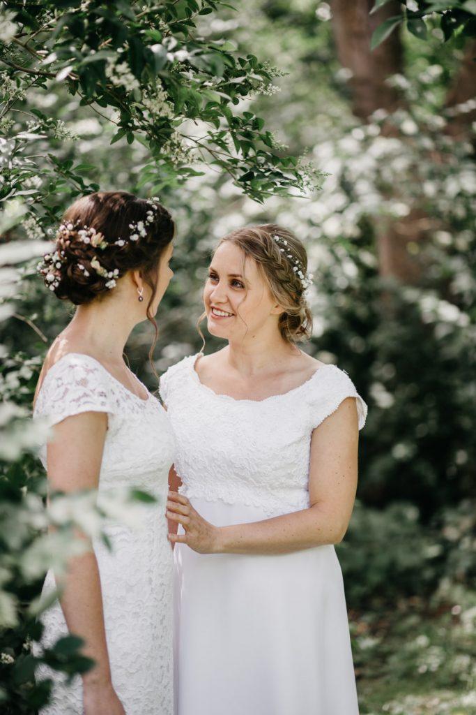 bruidspaar kijkt elkaar aan