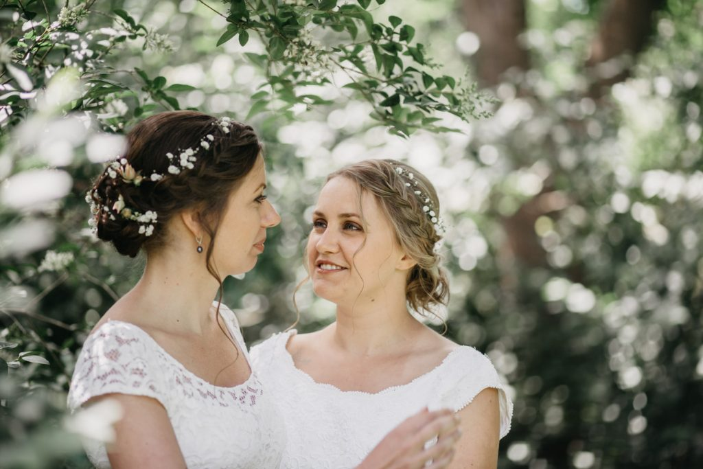 bruiden kijken elkaar aan