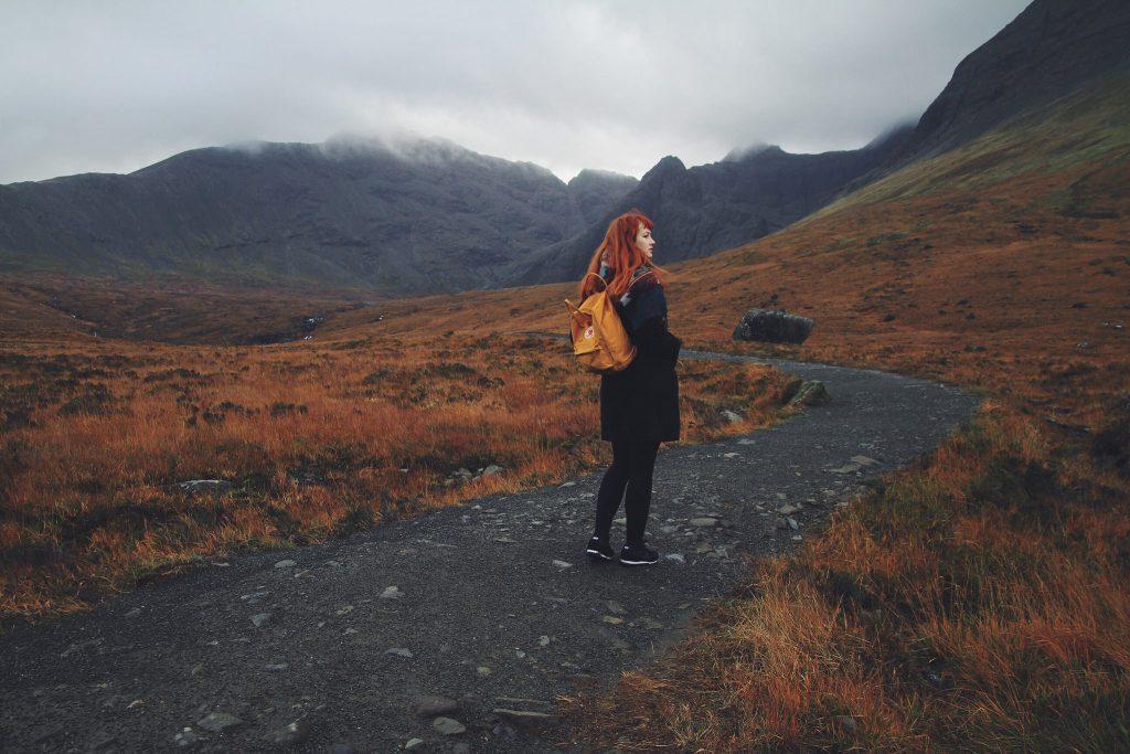 zelfportret vrouw rood haar in schotland, kijkt weg van camera