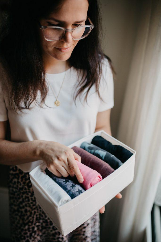 Vrouw vouwt sokken konmari manier