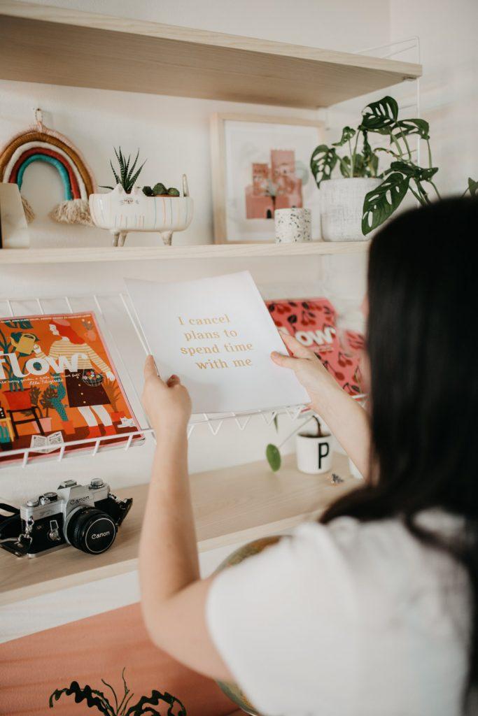 Vrouw ruimt boek op
