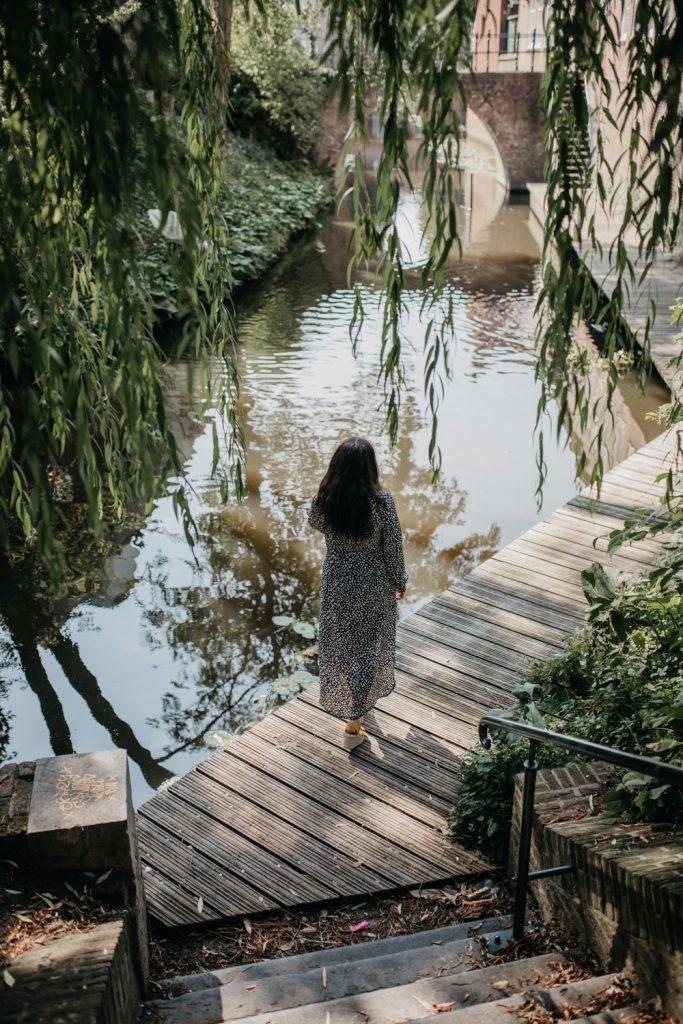Vrouw loopt langs het water