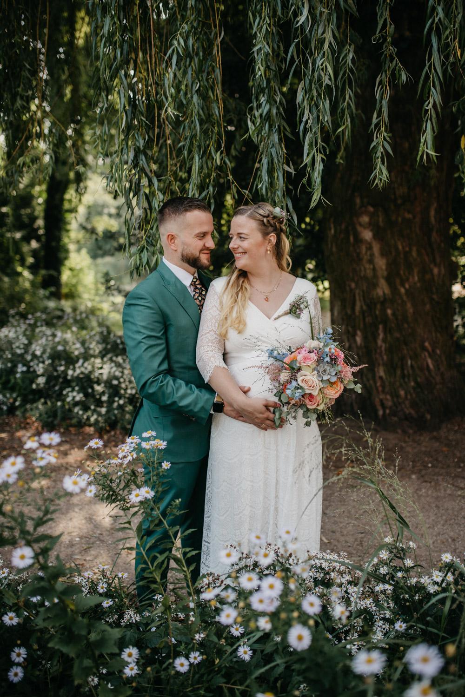 bruidspaar lacht naar elkaar