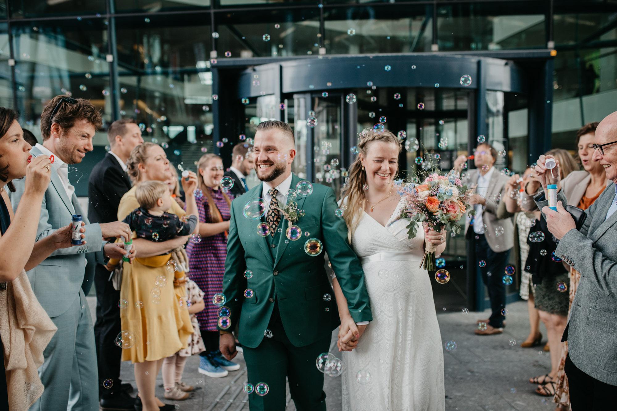 bruidspaar loopt door haag bellenblaas op utrecht centraal
