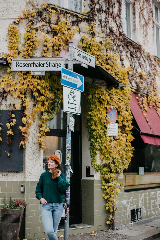 vrouw poseert in herfst straatbeeld berlijn
