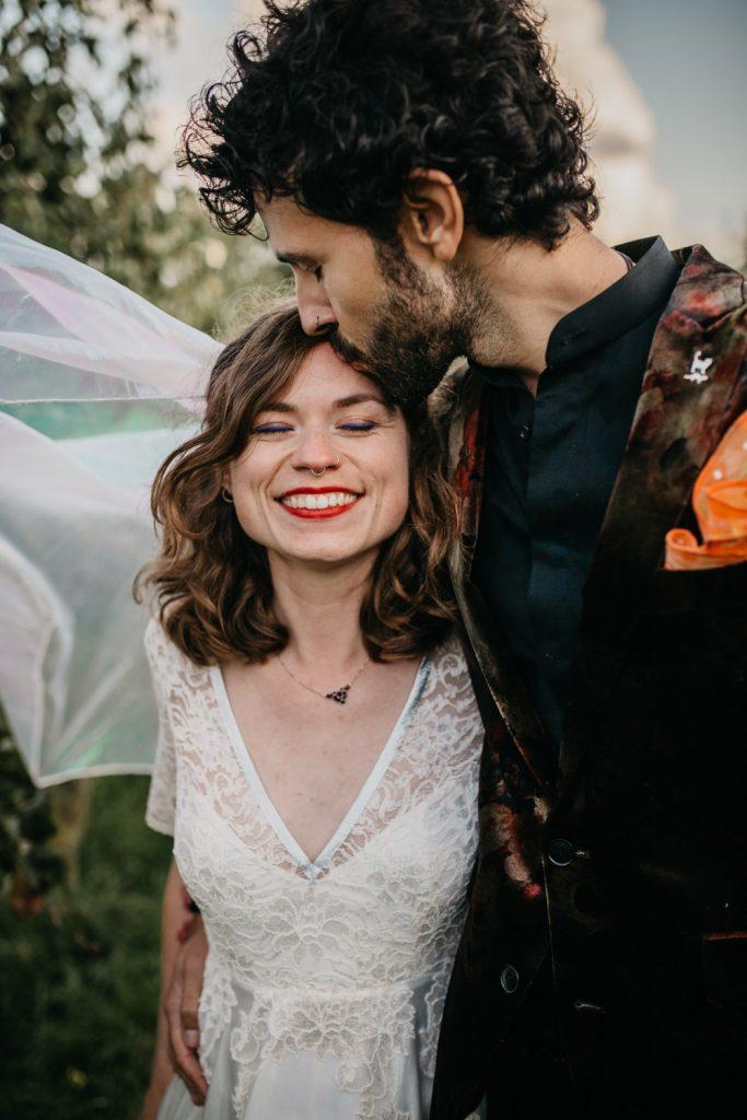 bruidspaar poseert voor camera