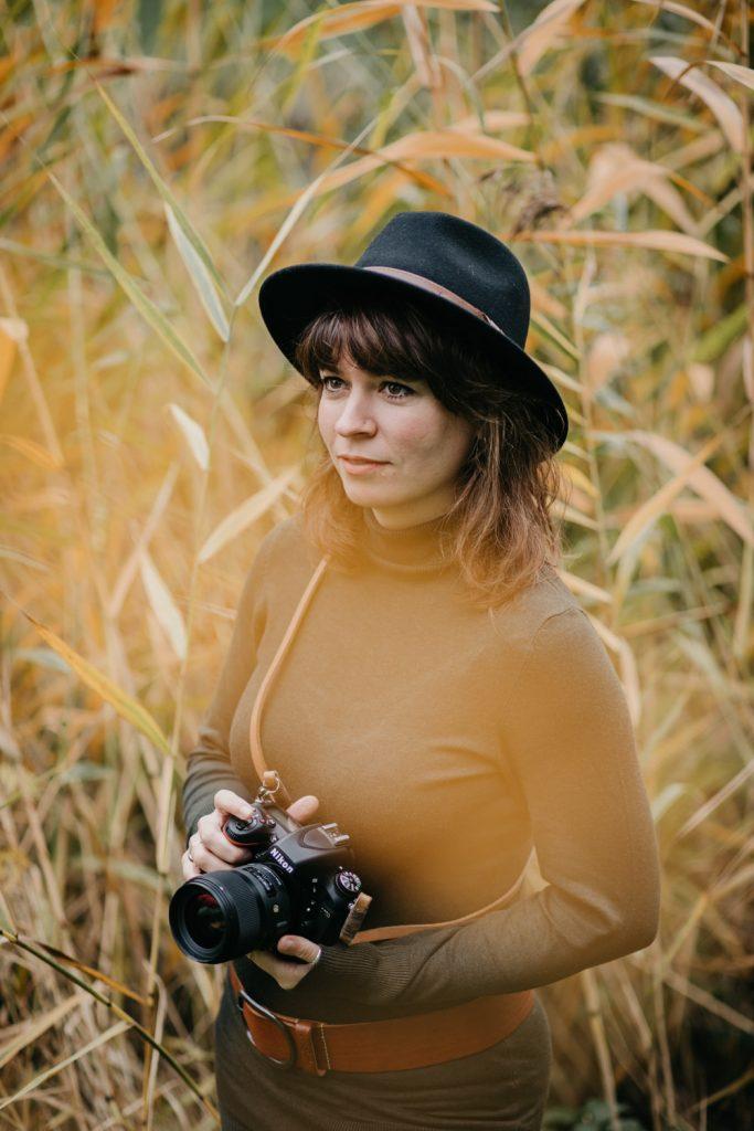 fotograaf poseert voor camera, met camera