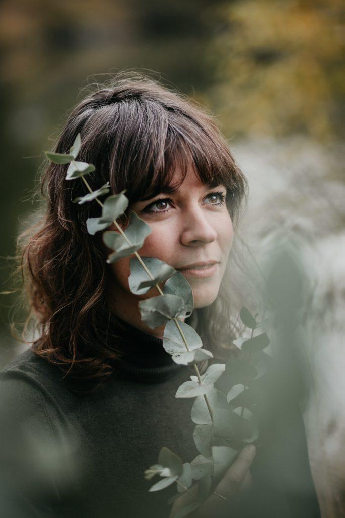 artistiek portret vrouw met bos eucalyptus