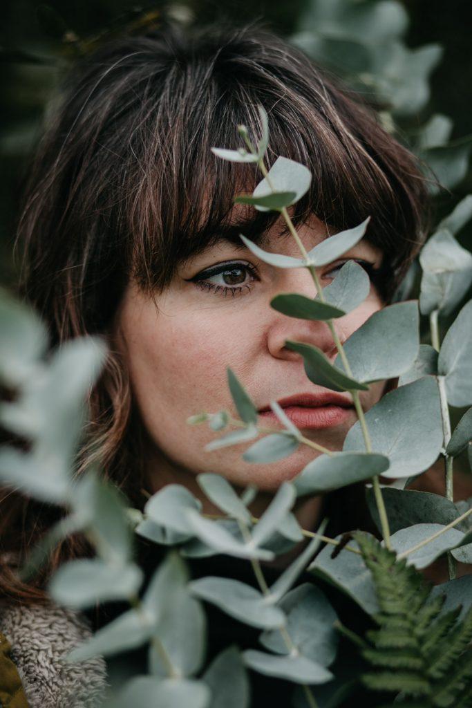 close-up portret eva met eucalyptus