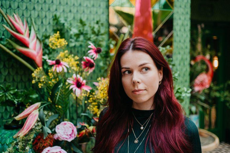 lisa staat voor kleurrijke muur bij the streetfood club utrecht