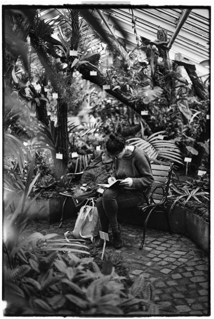 zwartwit foto vrouw tekent in botanische tuin berlijn