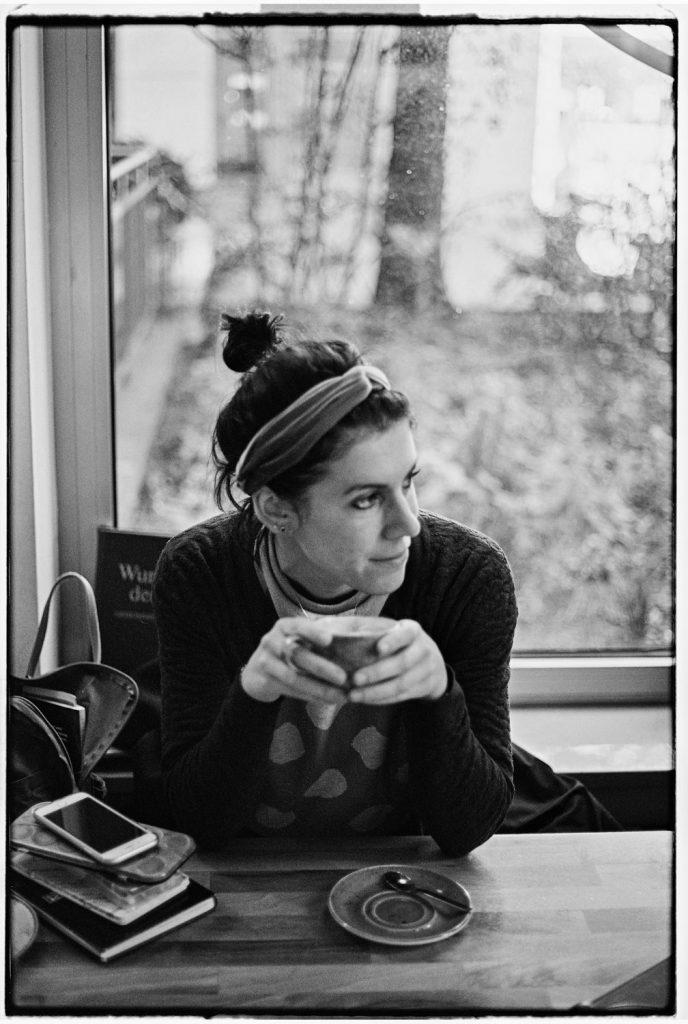 vrouw zit in koffietent in berlijn