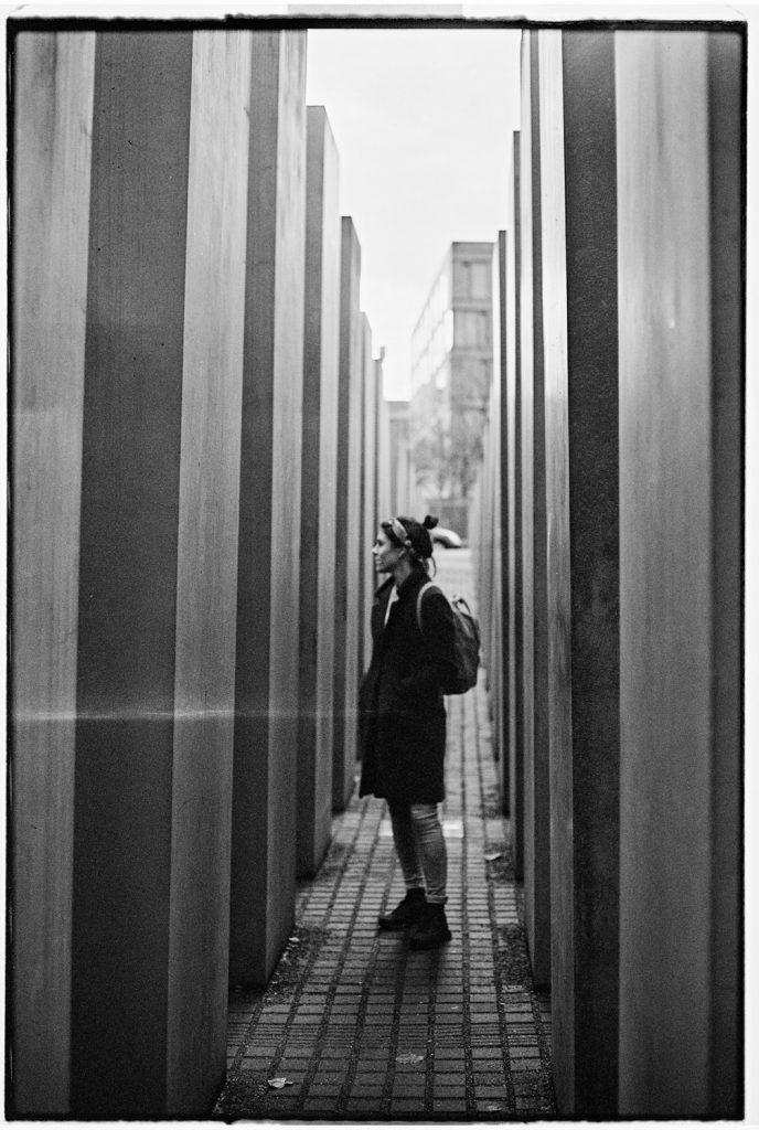 vrouw staat in joods monument in berlijn