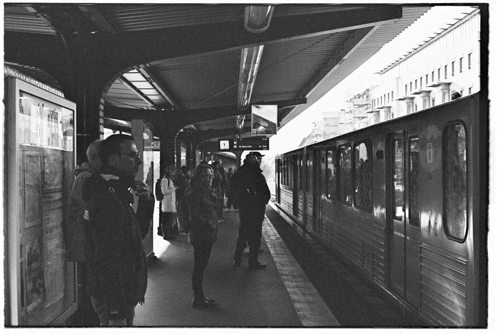 mensen die wachten in de metro in berlijn