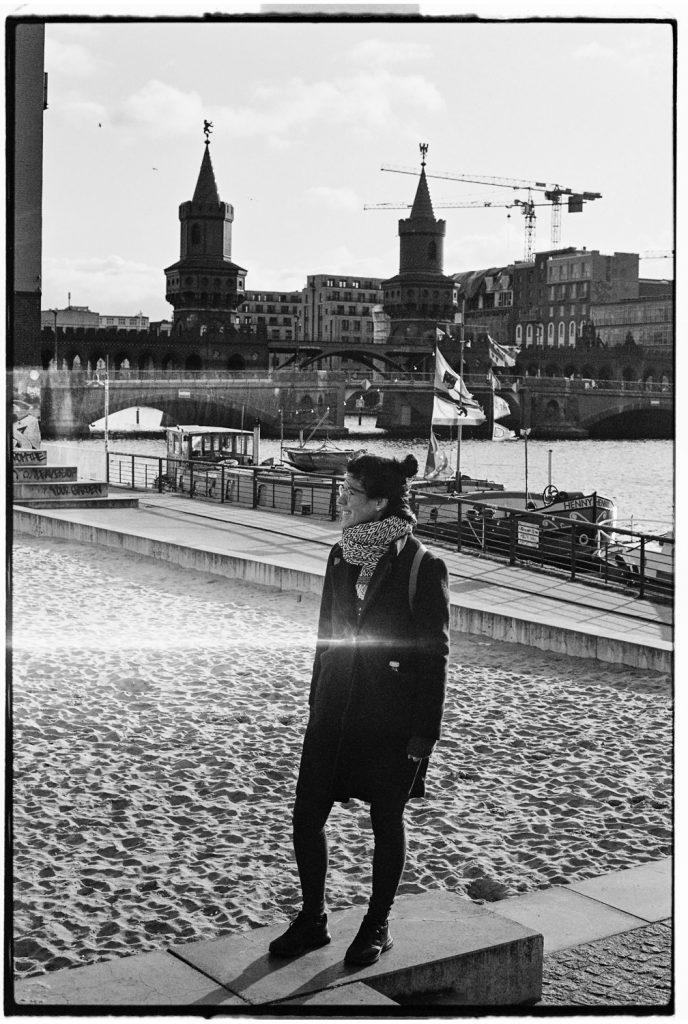 vrouw loopt door straat in berlijn