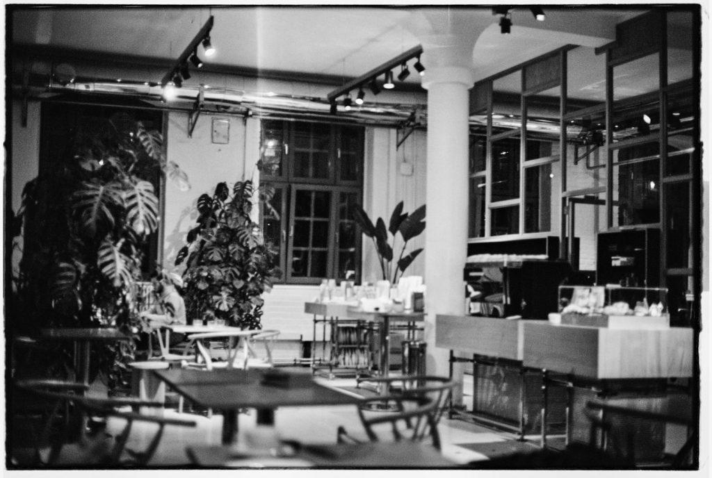 koffietent met planten in zwartwit