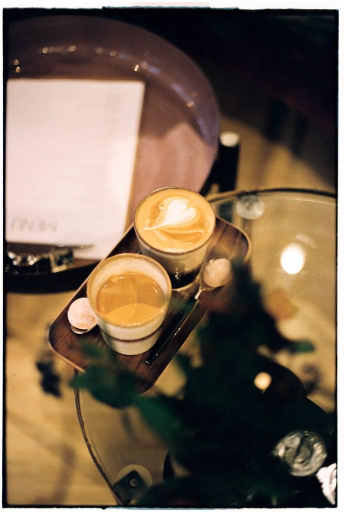 twee koffie's staan op tafel