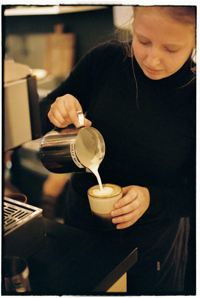 barista schenkt koffie in