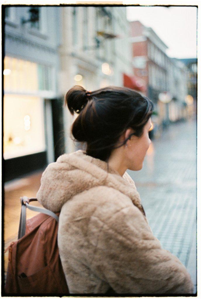 vrouw kijkt weg van camera