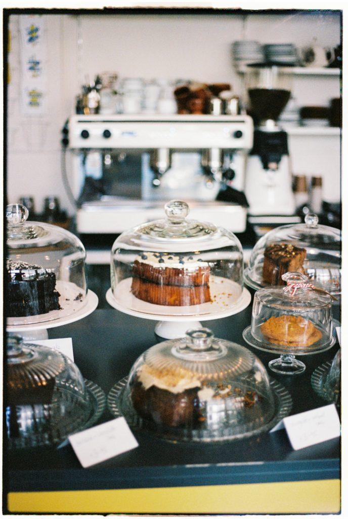 taarten onder een stolp in koffietent