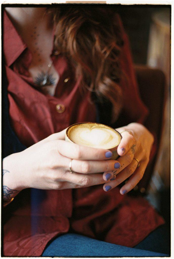vrouw houdt koffie vast