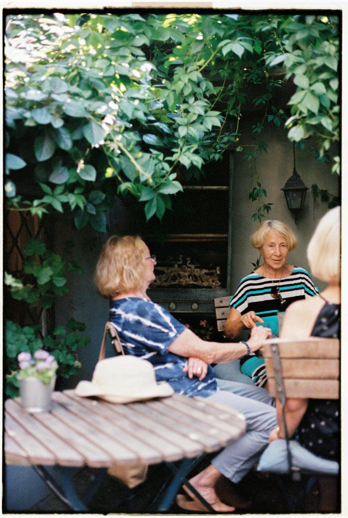 vrouwen op een terras in poznan, polen