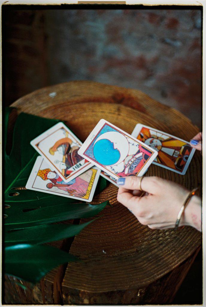 hand houdt tarotkaart vast