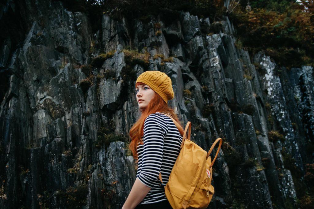 zelfportret van vrouw die voorbij camera kijkt