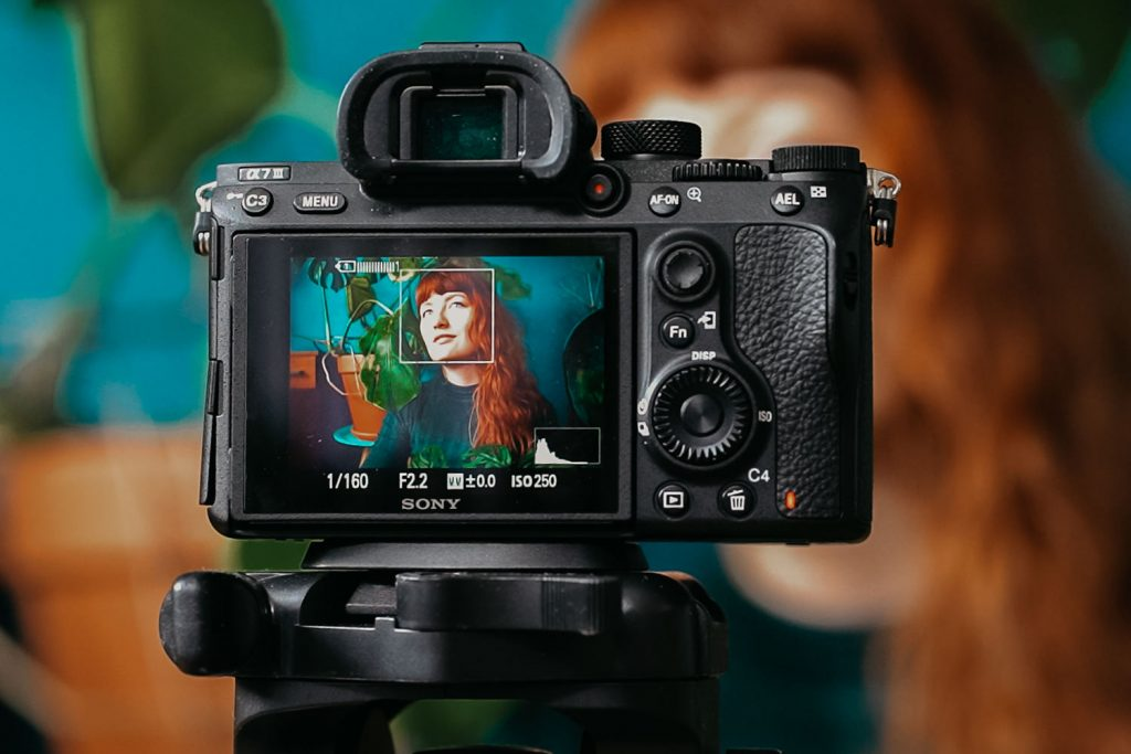 zelfportret van vrouw via de camera