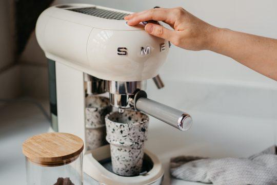 vrouw zet koffie