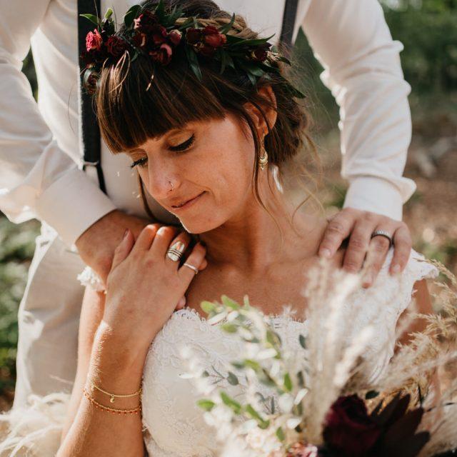 bruidegom legt handen op schouders bruid
